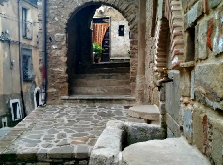 Novi_uliveto_Cilento_scale_fontana_centro storico